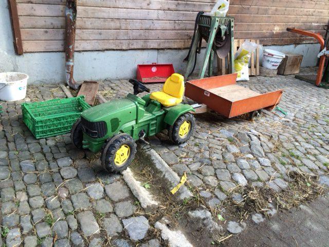 Kindertraktor auf dem Bauernhof